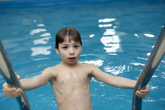 Boy dans la piscine Photos libres de droits