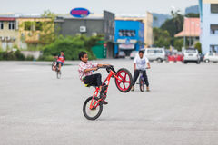 Boy do actrobatics on bicycle Royalty Free Stock Photography