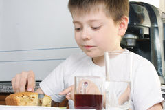 Boy eating apple pie Royalty Free Stock Photography
