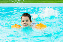 Boy en piscina Foto de archivo