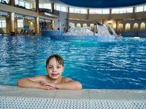 Boy en piscina Imagen de archivo libre de regalías