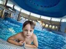 Boy en piscina Fotografía de archivo