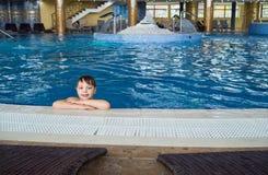 Boy en piscina Fotografía de archivo libre de regalías