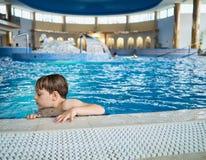 Boy en piscina Imagenes de archivo