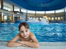 Boy en piscina Imágenes de archivo libres de regalías