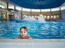 Boy en piscina Fotos de archivo libres de regalías