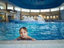Boy en piscina Foto de archivo libre de regalías