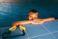 Boy en piscina Fotos de archivo