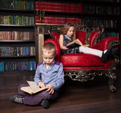Boy and girl in library Royalty Free Stock Photos