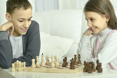 Boy and  girl  playing chess Royalty Free Stock Photos