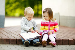 Boy and girl reading book Royalty Free Stock Photography