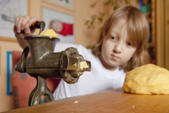 Boy Grinding Dough i Royalty Free Stock Image