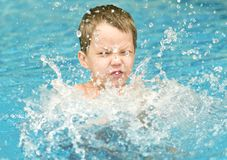 Boy im Swimmingpool Stockbilder