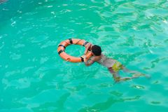 Boy im Swimmingpool Stockfoto