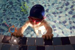 Boy im Swimmingpool Lizenzfreie Stockfotos