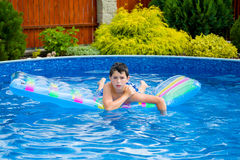Boy im Swimmingpool Lizenzfreies Stockfoto