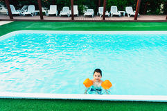 Boy im Swimmingpool Lizenzfreie Stockbilder
