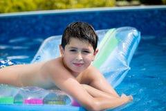 Boy im Swimmingpool Lizenzfreies Stockbild