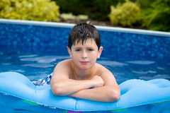Boy im Swimmingpool Stockfoto