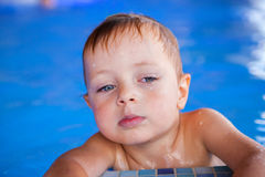 Boy im Swimmingpool Stockfotos