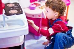 boy kitchen playing Στοκ εικόνες με δικαίωμα ελεύθερης χρήσης