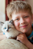Boy with a kitten in the room Royalty Free Stock Photography