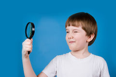 Boy with magnifying glass Royalty Free Stock Photos