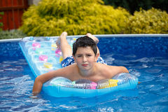 Boy na piscina Imagem de Stock Royalty Free