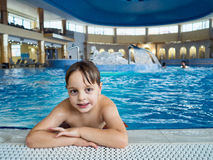 Boy na piscina Imagens de Stock
