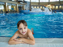 Boy na piscina Foto de Stock Royalty Free