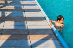 Boy nella piscina Immagini Stock Libere da Diritti