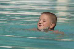 Boy nella piscina Fotografie Stock