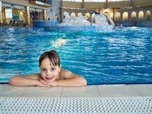 Boy nella piscina Immagine Stock