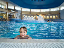 Boy nella piscina Fotografie Stock Libere da Diritti