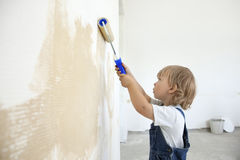 Boy paints the wall roller Royalty Free Stock Photography