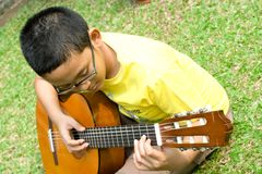 Boy play guitar Royalty Free Stock Photography
