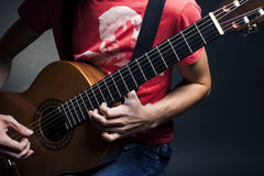 Boy playing guitare Stock Images