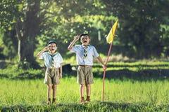 Boy scout que hace un juramento foto de archivo libre de regalías