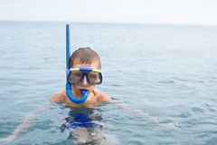 Boy in the sea wearing a mask for diving Stock Photography
