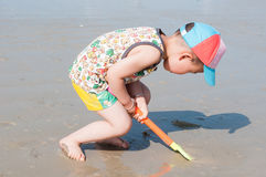 Boy shoveling sands Royalty Free Stock Photos