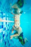 Boy swims underwater Royalty Free Stock Photos