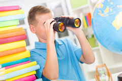 Boy using binoculars Royalty Free Stock Photography
