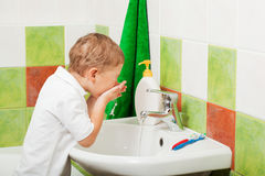 Boy washes Stock Images