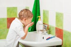 Boy washes Stock Images