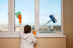 Boy washes a window Royalty Free Stock Photos