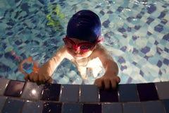 Boy in Zwembad Royalty-vrije Stock Foto's
