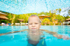 Boy in Zwembad Stock Foto's