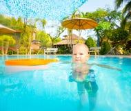 Boy in Zwembad Royalty-vrije Stock Fotografie