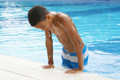 Boy in Zwembad Stock Afbeeldingen