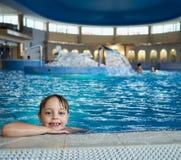 Boy in Zwembad Stock Afbeelding